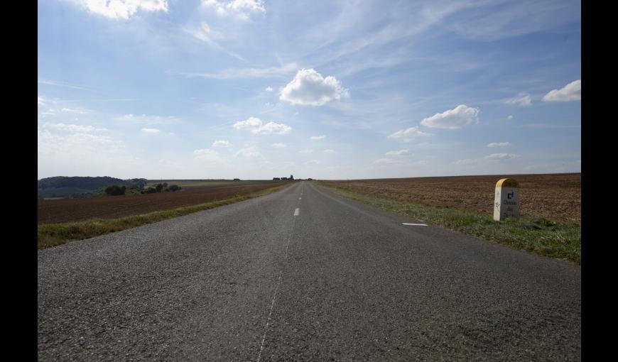 La RD 18 Chemin des Dames et une borne kilométrique Chemin des Dames (Aisne)